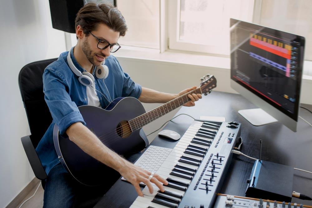 Di era digital ini, kemajuan teknologi memungkikan creator untuk menciptakan seni dengan alat-alat canggih tanpa harus mengeluarkan budget besar. Apalagi bagi musisi, sekarang kamu nggak perlu lagi bikin musik di studio dengan anggaran besar. Kamu bisa produksi musik gratis dengan bantuan software, dan melakukannya di dalam kamar. Sound easy bukan? Berikut daftar software musik gratis yang bisa digunakan untuk produksi musik untuk musisi pemula atau profesional. Garageband (Mac) Sejauh ini Garageband masih menjadi software produksi musik yang banyak digunakan. Melalui program bawaan Apple, kamu bisa dapatkan variasi sample musikal yang signifikan untuk dimainkan. Dengan Garageband, kamu bisa bikin lagi hanya dalam hitungan menit. User interface yang bagus membuat software ini mudah digunakan untuk pemula sekalipun. Software ini memungkinkan kamu untuk menciptakan lagi dengan lebih dari 200 tracks yang ada. Kamu bahkan bisa menambahkan virtual session drummer pada musik yang dibuat. Platform ini juga mudah diintegrasikan ke software lain yang lebih premium seperti Logic Pro X untuk kamu yang berprofesi atau pengen jadi produser musik. AmpliTube Custom Shop (Mac / Windows) Kalau kamu udah punya gitar, maka AmpliTube Custom Shop adalah cara sempurna bagi kamu untuk mengekspresikan bakat musik yang kamu miliki. Aplikasi rig guitar gratis ini mencakup 24 model yang terdiri dari chromatic tuner, sembilan stompbox, empat amp, lima kabin, tiga mikrofon, dan dua rack effects. Jadi, ini bukan hanya alat yang sempurna untuk gitaris mana pun yang ingin merekam langsung ke laptop mereka atau ingin membuat sample musik. Software ini juga menyediakan guitar amp models dari raksasa industri seperti Fender, Mesa Boogie, Orange, Ampeg dan masih banyak lagi. Bandlab - Cakewalk (Windows) Cakewalk adalah salah satu workstation audio digital tertua yang beredar dan baru-baru ini menerima peningkatan yang signifikan dari model sebelumnya - Cakewalk Sonar. Setelah Gibson menghentikan produ