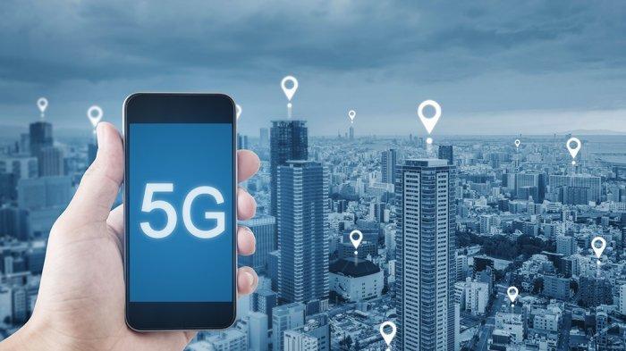 Kehadiran teknologi jaringan 5G dianggap sebagai jaringan seluler generasi berikutnya yang menawarkan kecepatan konektivitas. Teknologi semacam ini merupakan langkah besar dari opsi konektivitas saat ini, baik broadband seluler maupun nirkabel. Bagi kamu yang kesehariannya berkutat dengan internet, terutama buat mahasiswa jurusan Teknik Informatika pasti antusias akan kedatangan jaringan 5G. Dengan penawaran koneksi yang lebih cepat dan andal, kira-kira apakah 5G mampu menyaingi dan menggantikan kebutuhan WiFi saat ini? Simak untuk cari tau lebih lanjut. WiFi dan 5G Sama-Sama Menawarkan Keunggulan Hal menarik dari jaringan 5G generasi berikutnya yaitu mendukung lebih banyak perangkat, menawarkan bandwith lebih tinggi, serta latensi lebih rendah untuk pengguna akhir. Banyak ahli menyarankan bahwa iterasi konektivitas broadband berikutnya akan sama menariknya juga. Berdasarkan laporan dari MarketsandMarkets, jaringan WiFi global tumbuh secara eksponensial dan akan terus berkembang. Pada tahun 2020, data WiFi akan mencapai lebih dari 50% dari total lalu lintas IP di pasar yang bernilai $ 33,6 miliar. Jenis statistik ini belum menunjukkan penurunan pada pasar. Muncul tahap selanjutnya dari koneksi broadband nirkabel, yaitu WiFi 6 yang diatur menawarkan kecepatan hingga empat kali lebih cepat dari kecepatan konektivitas saat ini, serta mendukung lebih banyak perangkat pada jaringan yang lebih kuat. Perbedaannya tidak terlalu jauh kan dengan 5G? Jika dibandingkan dengan 5G, WiFi juga tidak kalah karena menawarkan koneksi yang sama andal dan kuat. Konektivitasnya sangat penting bagi perusahaan dan bisnis yang mengandalkan kecepatan serta jaringan stabil yang lebih baik. Secara konvensional, WiFi lebih aman daripada jaringan seluler yang tersedia buat umum. Hal ini sangat penting terutama buat perusahaan yang menjalankan bisnis dengan koneksi umum. Jaringan Mesh Pada WiFi Menawarkan Kecepatan Lebih Tinggi Iterasi WiFi berikutnya mendukung jaringan mesh. Jaringan mesh merupa