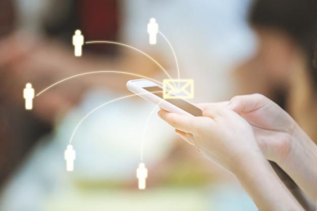 Pesan teks atau pesan singkat adalah sebuah teknologi komunikasi yang telah digunakan sejak tahun 1990-an. Namun, saat ini popularitasnya mulai kalah dengan aplikasi-aplikasi chat yang sangat beraneka ragam, seperti Facebook Messenger, WhatsApp, dan WeChat. Hal ini dikarenakan, pesan teks tidak mendukung enkripsi, tanda terima telah dibaca, pesan grup, atau stiker animasi yang disukai oleh semua orang. Selain itu, pesan teks juga terbatas pada koneksi seluler dan sinyal, serta setiap pesan teks hanya dibatasi 160 karakter. Meski begitu, kebiasaan lama memang sulit dihilangkan. Pesan teks atau SMS (Short Message Service) masih cukup banyak diminati oleh masyarakat, buktinya sekitar 781 miliar pesan teks dikirim setiap bulan dan lebih dari 9,3 triliun teks per tahun di Amerika Serikat, menurut angka 2017 dari Statistic Brain. Menurut Statista, jumlah pesan SMS yang dikirim di Amerika Serikat justru melonjak 15,8% dari 2017 hingga 2018 menjadi 2 triliun. Pada 2019, jumlah itu tetap stabil di 2 triliun pesan yang dikirim dan diterima. Untuk meningkatkan layanan dan membuatnya lebih kompetitif dengan aplikasi perpesanan populer yang kaya fitur, produsen ponsel cerdas, operator, dan lembaga pengatur industri ponsel mengembangkan protokol Rich Communication Services (RCS) (atau disebut RCS Chat), yaitu bentuk SMS yang lebih modern dengan menggabungkan fitur dari Facebook Messenger, iMessage, dan WhatsApp ke dalam satu platform. Protokol ini memungkinkan pertukaran obrolan grup, video, audio, dan gambar beresolusi tinggi, ditambah tanda terima telah dibaca dan tampilan waktu nyata, serta tampilan dan fungsi seperti iMessage dan aplikasi perpesanan lainnya. Apa itu RCS? Rich Communication Services (RCS) kedepannya disebut-sebut akan menggantikan SMS. Dibuat oleh sekelompok promotor industri pada tahun 2007, ia dibawa ke Asosiasi GSM, sebuah kelompok perdagangan, tahun berikutnya, di mana ia mendekam selama satu dekade. Pada tahun 2018, Google mengumumkan telah bekerja dengan