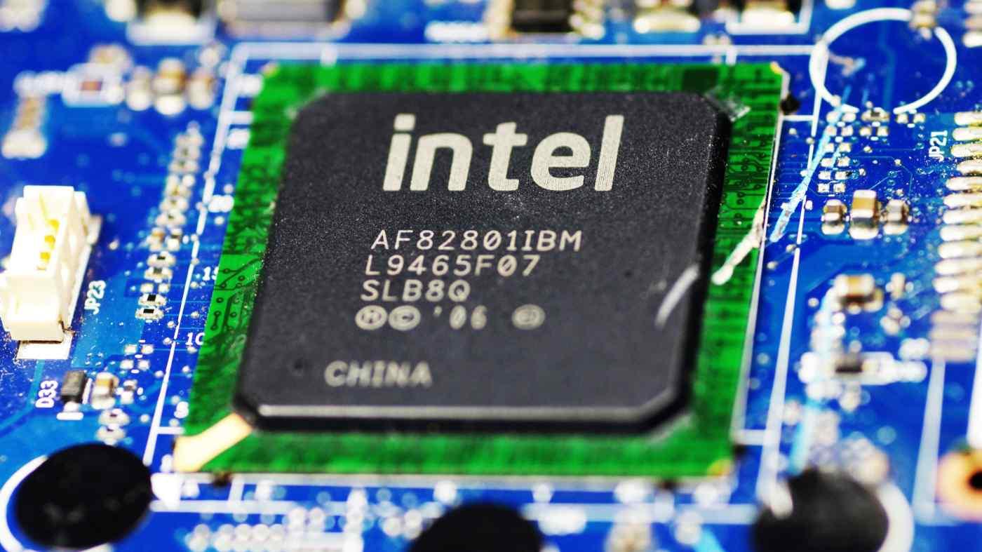 Platform Intel Generasi ke-12 Alder Lake-S akan segera hadir di desktop milikmu. Pembuat chip telah memberi tahu mitranya bahwa 10nm Alder Lake-S dapat diluncurkan pada bulan November ini. Melansir laporan dari Wccftech timeline masih dapat berubah sewaktu-waktu. Platform yang menampilkan hingga 16 inti dan 24 utas telah dipratinjau awal tahun ini di konferensi CES virtual, dan belum jelas apakah kekurangan semikonduktor global masih akan berdampak pada peluncuran November mendatang, yang diharapkan Alder Lake. Intel sebelumnya menyatakan bahwa pasokan chip akan tetap dibatasi hingga 2022. Alder Lake memperkenalkan perubahan besar pada desain arsitektur prosesor Intel. Untuk prosesor terbarunya ini, Intel menggunakan desain inti yang heterogen, menggabungkan inti Sunny Cove yang besar dengan inti Gracemont yang lebih kecil. Perubahan Intel mencerminkan apa yang telah dilakukan Arm untuk smartphone dan tablet selama bertahun-tahun, dan langkah ini diharapkan dapat meningkatkan kinerja sekaligus juga mendorong efisiensi daya dengan menggabungkan core berefisiensi tinggi dengan core berperforma tinggi. Intel mengungkapkan bahwa perubahan arsitektur Alder Lake diharapkan memberikan peningkatan kinerja single-thread hingga 20%, berkat core Golden Cove dan desain SuperFin 10nm yang disempurnakan, dan peningkatan kinerja multithread hingga 2x dengan core Gracemont . Platform ini ditujukan untuk mendukung fitur-fitur baru yang menarik, seperti standar PCIe 5.0 baru, serta memori DDR5 yang lebih cepat. Menurut bocoran terbaru, PCIe 5.0 akan didukung di semua papan, tetapi DDR5 mungkin tidak tersedia di semua motherboard. Jika DDR5 tidak didukung oleh motherboard yang kamu inginkan, Alder Lake akan menggunakan DDR4 secara default. Diyakini bahwa papan yang lebih murah akan mendukung standar memori DDR4, sementara motherboard yang lebih premium akan diluncurkan dengan dukungan DDR5. Hingga saat ini, belum ada kepastian apakah pembuat memori akan memiliki cukup modul DDR5 yang 