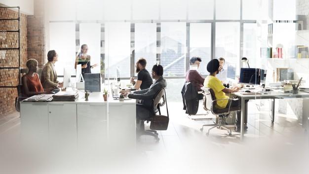 """Berkarir di bidang startup kian diminati. Prospek kerja yang terbuka lebar membuat banyak orang mulai mengasah skill. Terlebih buat fresh graduate yang ingin menambah pengalaman atau mereka yang tengah mengambil program ekstensi D3 ke S1. Selama pandemi, perekonomian memang terhambat, tak terkecuali startup. Namun dibalik wabah Covid-19 ini, justru ada tiga startup yang berkembeng secara positif. Apa sajakah itu? Simak ulasan berikut, ya. Tiga Startup Indonesia Makin Berkembang di Tengah Pandemi Terdapat tiga perusahaan rintisan di Indonesia dari sektor berbeda yang mengalami perkembangan positif di tengah pandemi. Ketiga startup tersebut, antara lain Riliv, Hacktiv8, dan Kata.ai yang mengikuti program Google Startup Accelerator. Kabarnya, sejumlah startup tersebut mendapat lonjakan unduhan dan permintaan produk selama pandemi berlangsung. Startup Riliv Bagi kamu yang masih belum tau soal Riliv, perusahaan ini menyediakan jasa konseling jarak jauh dengan psikolog profesional melihat isu kesehatan mental menjadi perhatian di tengah pandemi. Kebiasaan orang-orang masa kini yaitu isolasi mandiri di rumah dalam waktu lama serta informasi-informasi yang didapatkan dari luar bisa menimbulkan rasa cemas. Audrey Maximillian Herli, CEO Riliv menyatakan bahwa peningkatan terhadap isu kesehatan mental yang terasa pada April-Mei lalu, ketika Pembatasan Sosial Berskala Besar (PSBB) pertama kali berlangsung. Startup Kata.ai Bergelut di bidang kecerdasan buatan khususnya chatbot untuk layanan pelanggan, Kata.ai melihat banyaknya penggunaan chatbot selama banyak dari karyawan dan orang-orang terus berada di rumah. """"Pertumbuhannya tiga kali lipat, yang biasanya tercapai dalam 18 bulan, sekarang dalam enam bulan,"""" kata CEO Kata.ai, Irzan Raditya yang dikutip dari Antaranews. Pertumbuhan tersebut ternyata juga didasari dengan kebiasaan pengguna smartphone di Indonesia yang suka berkomunikasi via aplikasi pesan instan. Berdasarkan temuan dari Kata.ai, 97 persen pengguna smartphone meng"""