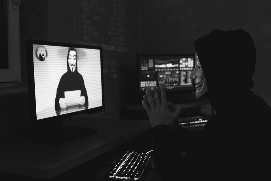 Salah satu hal yang sangat penting di era pandemi seperti sekarang ini adalah teknologi. Mengingat semua pekerjaan ataupun kegiatan harus dilakukan secara online. Berkat kecanggihan teknologi inilah kita tetap bisa saling terhubung, tetap produktif dan kreatif meskipun harus bekerja dari rumah. Namun, tidak dapat dipungkiri dengan semakin canggihnya teknologi, maka semakin besar pula risiko serangan siber yang bisa terjadi. Berdasar data dari National Cyber Security, dalam empat bulan pertama di tahun 2020 saja sudah tercatat ada 88 juta cyber attack yang terjadi di Indonesia. Bahkan, seiring dengan pertambahan pelaku e-commerce, diprediksi kerugian akibat serangan siber global bisa mencapai angka 6 triliun US dollar. Dengan fakta ini tentunya mendatangkan sebuah kebutuhan mendesak untuk meningkatkan cyber security Indonesia. Para pelaku bisnis, khususnya UKM dinilai sebagai korban yang potensial karena dianggap kurang memperhatikan security dan perlindungan data informasi pelanggan. Dalam sebuah konferensi pers, Manager Field System Engineer Web Fraud Protection, Andre Iswanto menyebutkan ada lima ancaman cyber yang paling umum bagi pelaku bisnis online, antara lain: MALWARE Malware adalah alat yang paling sering dimanfaatkan para penjahat siber di seluruh dunia untuk mendapatkan akses pada sistem dan data rahasia. Sebagai pelaku bisnis, sebaiknya kamu aware dengan modus operandi ini, karena malware kerap disusupkan ke laman situs e-commerce untuk mencuri data para pelanggan. SERBUAN TRAFIK Jenis serangan yang sering dilakukan lainnya adalah serbuan trafik. Cara ini seringkali dimanfaatkan para penjahat cyber untuk membuat sistem jaringan suatu web kewalahan. SERANGAN APLIKASI Serangan aplikasi dilakukan dengan menggunakan kredensial dan informasi curian. Serangan ini biasa terjadi pada situs e-commerce dan perbankan dengan memanfaatkan celah-celah keamanan di dalam aplikasi web tersebut. Modus operandinya adalah dengan mengarahkan pelanggan pada situs web palsu ya