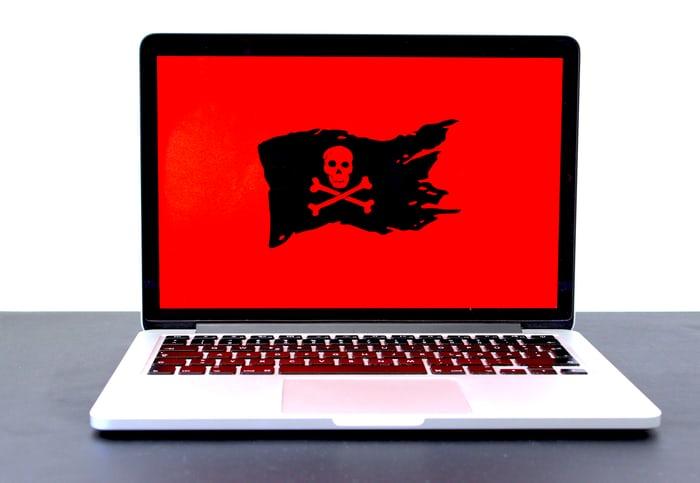 """Ransomware merupakan sejenis perangkat lunak berbahaya yang menyandera file, perangkat, atau sistem. Jenis malware ini akan memblokir akses pengguna ke data, dan tujuannya adalah untuk memeras uang dari korban dengan """"jaminan"""" untuk memulihkan akses ke file dan perangkat yang dienkripsi. Seperti malware lainnya, ransomware menginfeksi perangkat dengan mengeksploitasi kerentanan dalam perangkat lunak atau dengan menipu orang yang tidak curiga untuk mengunduh dan menjalankannya. Perusahaan perawatan kesehatan, lembaga pemerintah, dan organisasi akademik termasuk di antara target utama serangan ransomware. Tapi hari ini, siapa saja bisa menjadi target, terutama jika mereka memiliki data yang menarik dan cenderung bersedia untuk membayar uang tebusan yang signifikan. Perlu dicatat bahwa sebagian besar serangan ransomware terjadi karena praktik keamanan yang buruk. Berikut ini beberapa tips do's & don'ts untuk menghindari serangan ransomware. Do's Unduh perangkat lunak atau file media hanya dari situs web terverifikasi dan terpercaya. Banyak situs yang tidak bermoral dirancang agar terlihat tidak berbahaya dan sah, tetapi ada penanda kepercayaan yang dapat kamu perhatikan. Salah satunya adalah ikon gembok tertutup sebelum URL situs web. Ini berarti bahwa koneksi ke situs tersebut aman. Terapkan pemindaian dan pemfilteran konten di server email milikmu. Ini akan memastikan bahwa semua email masuk diperiksa untuk ancaman yang diketahui dan lampiran yang berpotensi tidak aman akan diblokir. Gunakan perangkat lunak keamanan terkemuka dan terkini. Program anti-malware mutakhir, ditambah dengan firewall yang kuat, dapat mendeteksi, menghapus, dan mencegah malware terbaru menginfeksi sistem milikmu. Rutin perbarui sistem dan perangkat lunak milikmu. Penjahat dunia maya sering menargetkan versi lama karena ini masih memiliki kerentanan yang dapat dieksploitasi. Memperbarui sistem operasi dan memasang patch keamanan akan membantu menjaga perangkat kamu tetap stabil dan aman dari """